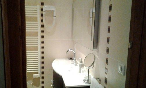 Salle de douche avec douche italienne chambre n°5