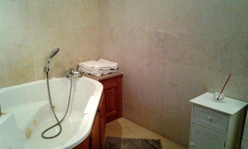 Salle de bain chambre n°1 baignoire balnéo