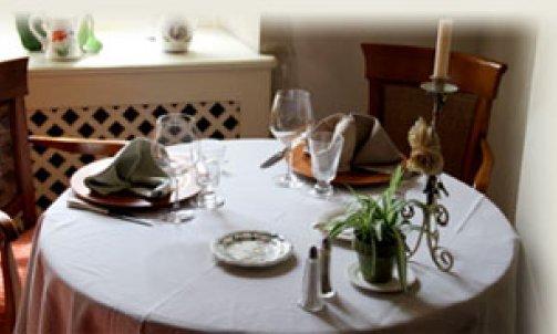 Salles et terrasse de l'Auberge du Pot d'Étain dans l'Yonne